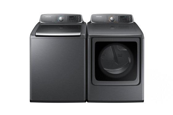 세탁조를 넓고 앝게 만들어 빨래를 넣고 빼내기 편리한 삼성 전자동세탁기(WA56H9000A, 왼쪽)와  건조기(DV56H9000)./사진제공=삼성전자