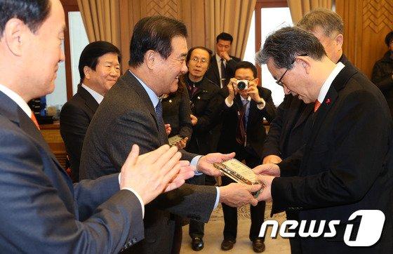 [사진]최우수 의원상 받는 이한구 의원