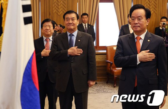 [사진]국민의례하는 강창희·이병석·박병석