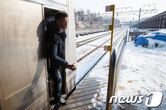 [사진]근무교대하는 열차승무원 대체인력