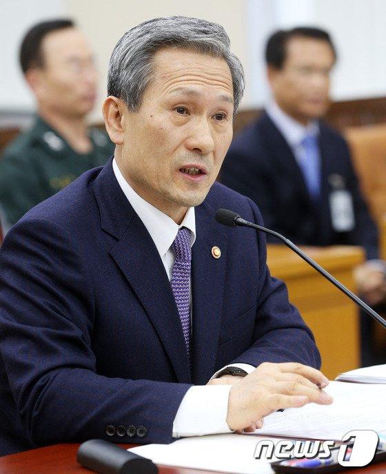 [사진]질의에 답하는 김관진 국방장관