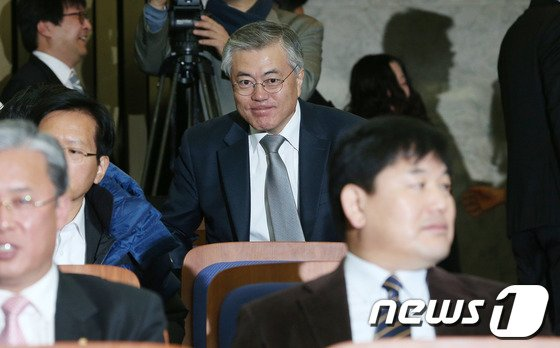 [사진]문재인, 긴급 의원총회 참석