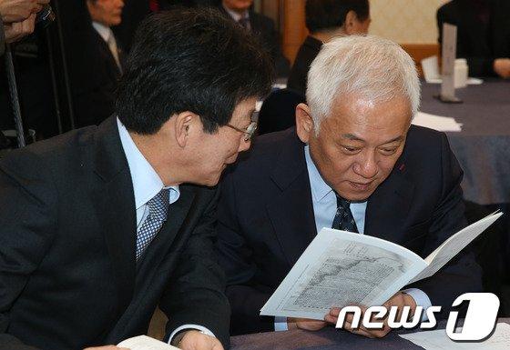 [사진]김한길-유승민 '속닥 속닥'