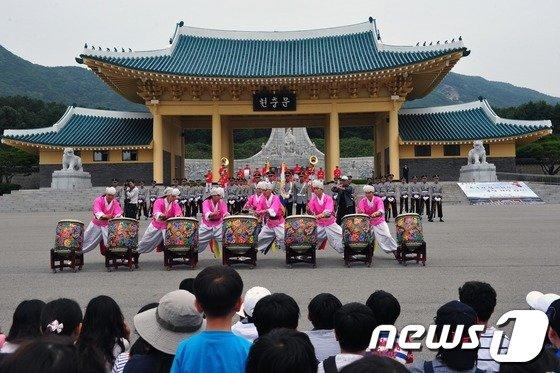 육군 군악 의장대가 국립대전현충원에서 공연을 하고 있다. © News1 육심무 기자