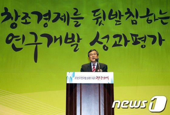 [사진]축사하는 최문기 장관