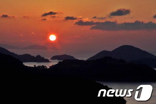 남해 상주면 망산 일출. © News1 박종운 기자