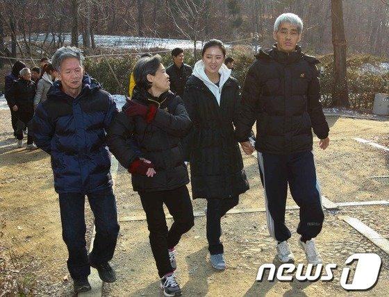 [사진]윤채영 프로, 장애인들과 함께 손 잡고 산책