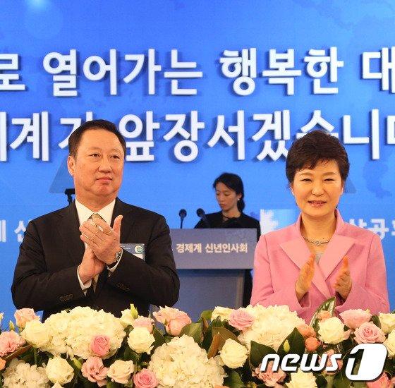 [사진]박수치는 박근혜 대통령과 박용만 회장