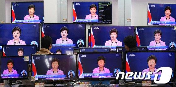 박근혜 대통령의 취임후 첫 신년기자회견이 열린 6일 오전 서울 용산 전자랜드에서 상인들이 박 대통령의 기자회견 모습을 TV를 통해 시청하고 있다. © News1 이광호 기자