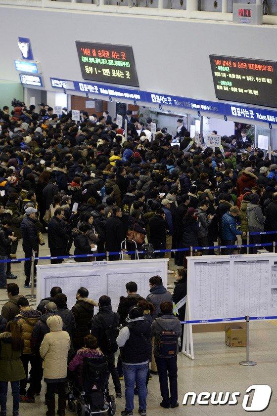 [사진]'2014 설 승차권 예매 행렬'