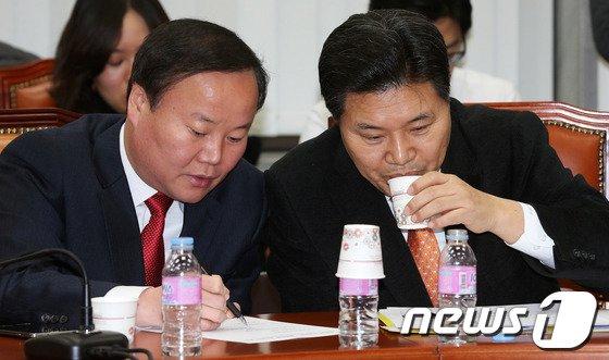 [사진]홍문종-김재원, '소곤소곤'