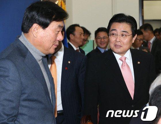 [사진]전병헌-박기춘 '무슨 대화?'
