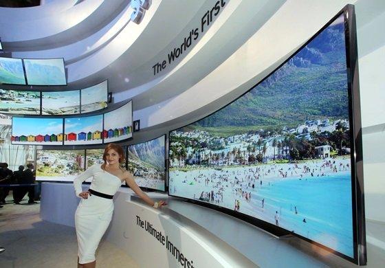 7일(현지시간) 미국 라스베이거스에서 개막한 세계 최대 '국제가전전시회(CES 2014)'에서 삼성전자 모델이 '105형 커브드 UHD TV'를 소개하고 있다. /사진 제공=삼성전자