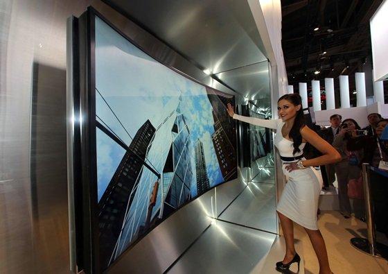 7일(현지시간) 미국 라스베이거스에서 개막한 세계 최대 '국제가전전시회(CES 2014)'에서 삼성전자 모델이 '85형 벤더블 UHD TV'를 소개하고 있다. /사진 제공=삼성전자