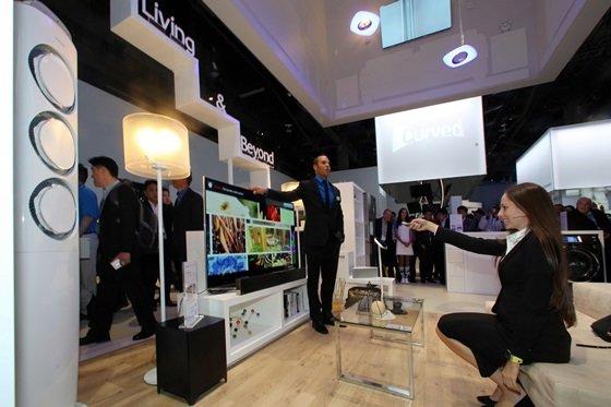 7일(현지시간) 미국 라스베이거스에서 개막한 세계 최대 '국제가전전시회(CES 2014)'에서 삼성전자 직원이 '삼성 스마트 홈'에 대해 설명하고 있다. /사진 제공=삼성전자