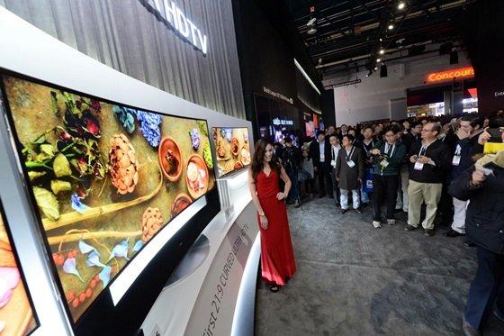 7일(현지시간) 미국 라스베이거스에서 개막한 세계 최대 '국제가전전시회(CES 2014)'에서 LG전자 울트라HD TV전시 부스에 관람객들이 운집해 있다. /사진 제공=LG전자