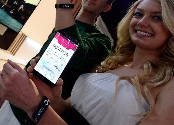 7일(현지시간) 미국 라스베이거스에서 개막한 세계 최대 '국제가전전시회(CES 2014)'에서 관람객들이 LG전자 라이프 밴드 터치 착용하고 있는 사진. /사진 제공=LG전자