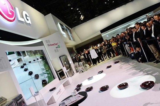7일(현지시간) 미국 라스베이거스에서 개막한 세계 최대 '국제가전전시회(CES 2014)'에서 LG전자 로봇 청소기가 군무를 선보이고 있다. /사진 제공=LG전자