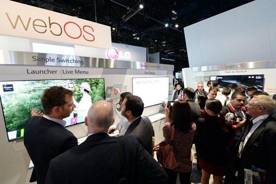7일(현지시간) 미국 라스베이거스에서 개막한 세계 최대 '국제가전전시회(CES 2014)'에서 LG전자 웹OS 스마트 TV전시 부스에 관람객들이 모여있다./사진 제공=LG전자