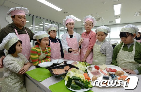 [사진]건강요리교실 체험하는 어린이들