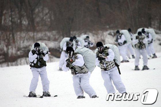 [사진]하얀 눈밭을 누비는 '검은베레'