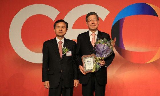 김희옥 동국대 총장(오른쪽)과 오지철 TV조선 대표이사.(동국대 제공) © News1