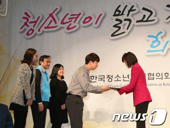[사진]건의문 전달받는 조윤선 장관