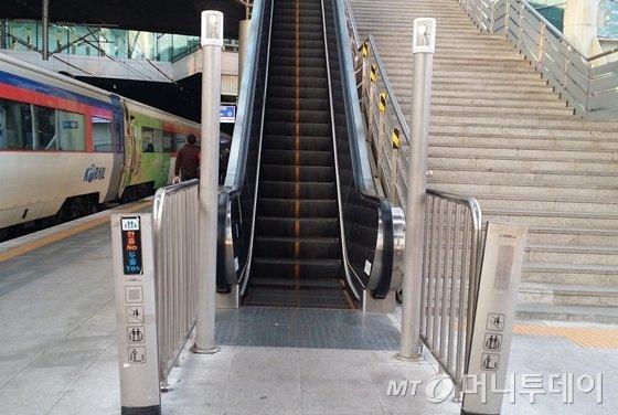 에스컬레이터 안전 기둥은 기울어져 있고 그 뒤로 약 2m 높이의 계측기를, 뒤편 하부에는 만일에 사태에 대비해 위치 유지시스템이 설치됐다./사진= 윤일선 기자