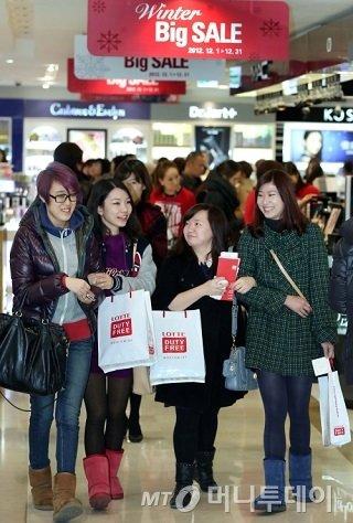 중국인 관광객들이 서울 소공동 본점 롯데면세점에서 쇼핑을 하며 즐거워하고 있다./사진제공=롯데면세점