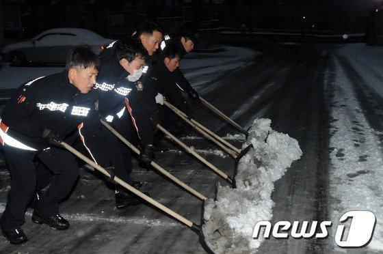 20일 오전 6시30분부터 밤새 내린 눈으로 북악산길 등 서울시내 일부 도로가 통제되고 있다. /뉴스1 © News1