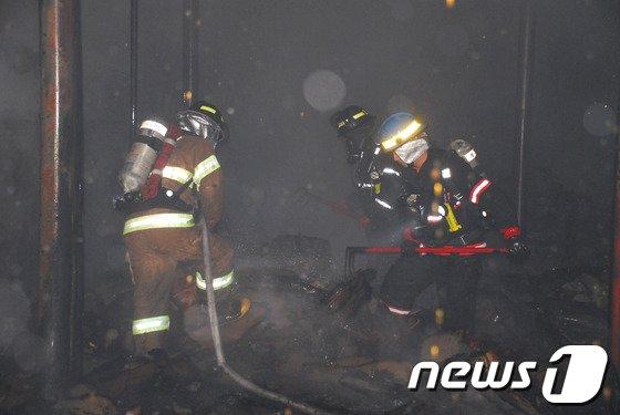 [사진]잔불진화작업 펼치는 소방대원