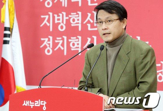 """새누리당 윤상현 원내수석부대표가 19일 오후 서울 여의도 당사에서 다가오는 6.4 지방선거 등 현안에 대한 입장을 밝히고 있다. 윤 수석부대표는 이 자리에서 기초선거 정당공천제 폐지와 관련 무소속 안철수 의원이 박근혜 대통령의 입장 표명을 요구한 데 대해 """"한 마디로 정치적 난센스""""라고 밝혔다. 2014.1.19/뉴스1 © News1   오대일 기자"""