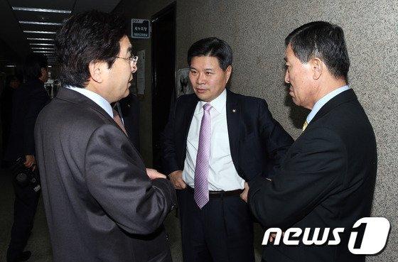 [사진]심재철·홍문종·황진하 '무슨 대화?'