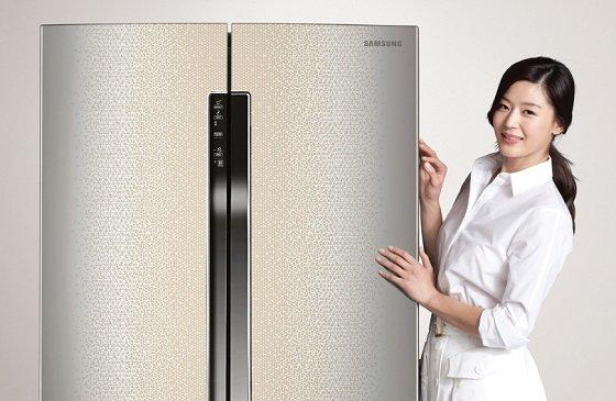배우 전지현이 삼성전자의 스테인리스 메탈 외관 프리미엄 냉장고인 '지펠 T9000'을 소개하고 있다. /사진 제공=삼성전자