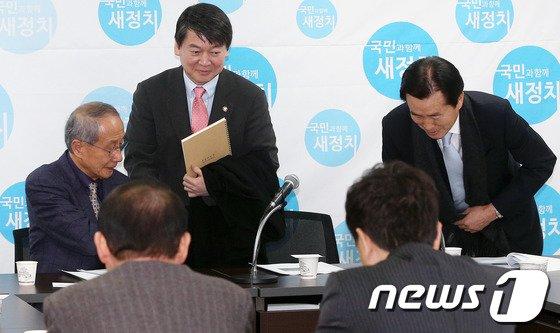 [사진]비공개 회의 참석하는 안철수