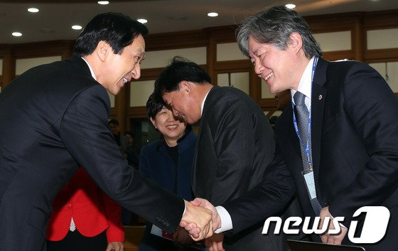 [사진]인사하는 김기현 정책위의장과 노환규 의협회장