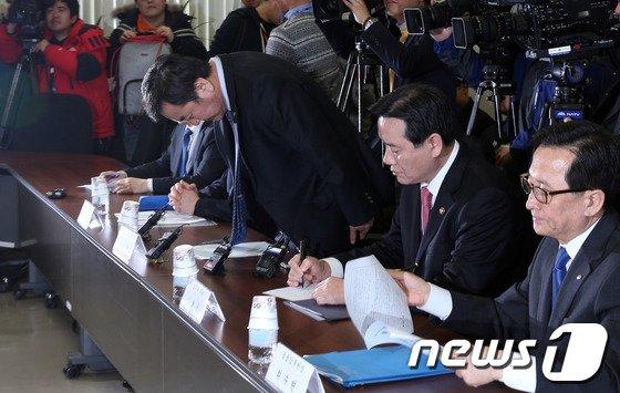 [사진]고개숙인 신제윤 '개인정보유출 때문에'
