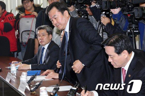 [사진]신제윤 금융위원장 '착잡한 마음으로'