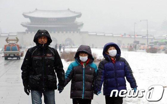 [사진]눈이 와도 마스크는 필수