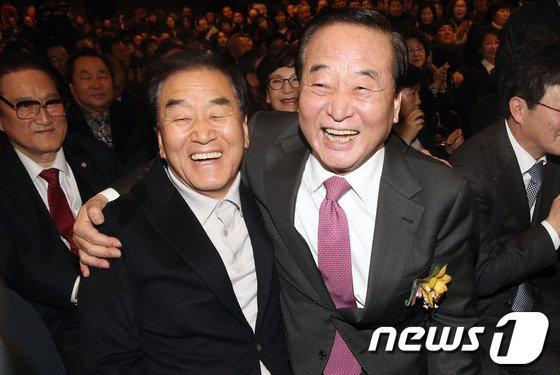 [사진]서청원-이재오, '어깨동무 하는 사이'