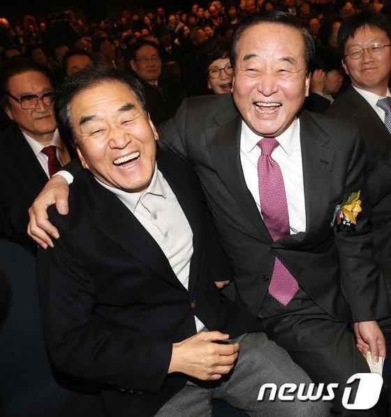 [사진]어깨동무하는 서청원-이재오