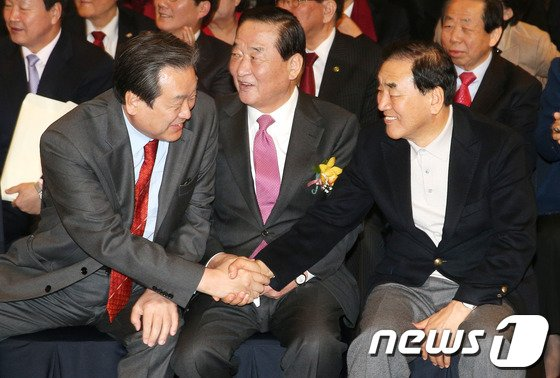 [사진]악수하는 김무성-이재오