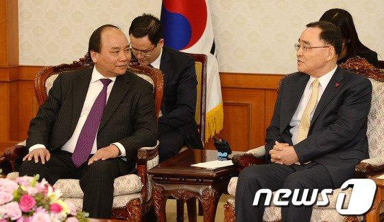 [사진]베트남 부총리와 환담 나누는 정홍원 총리