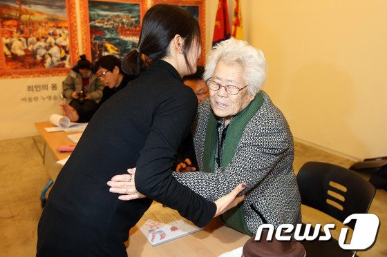 [사진]뮤지컬 '꽃신' 오디션 참가자 안아주는 할머니