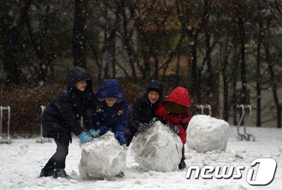 [사진]눈사람 만드는 어린이들