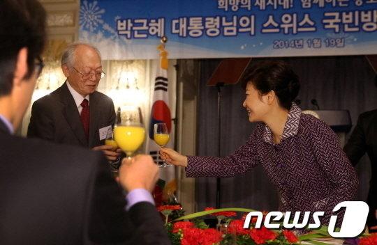 [사진]건배하는 朴 대통령