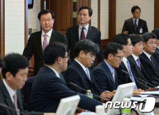[사진]서민생활합동수사부장 회의 입장하는 김진태 총장