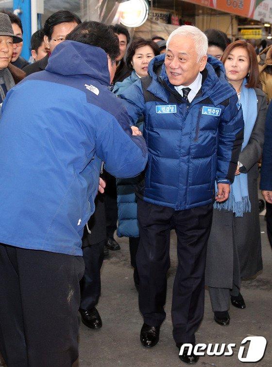 [사진]상인과 인사하는 김한길 대표