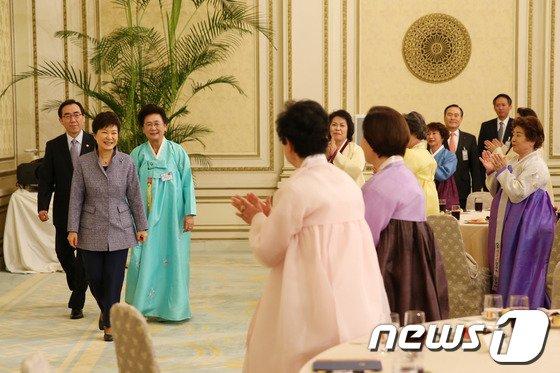 [사진]부인회 초청 다과회 입장하는 박근혜 대통령