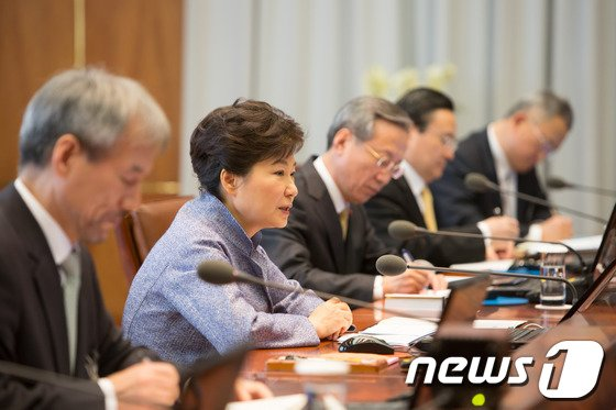 박근혜 대통령이 27일 오전 청와대에서 수석비서관회의를 주재하고 있다. (청와대 제공) 2014.1.27/뉴스1 © News1 박철중 기자